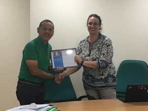 Sonja Delafosse, Microsoft Worldwide Lead for MIEE and Education, hands over the certificate to DLSZ President, Br. Bernard S. Oca FSC, recognising DLSZ as a Microsoft Showcase School as one of three schools in the Philippines.