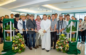 Br. Bernie (center) leads the ribbon cutting with artists from Angono Atelier Association.