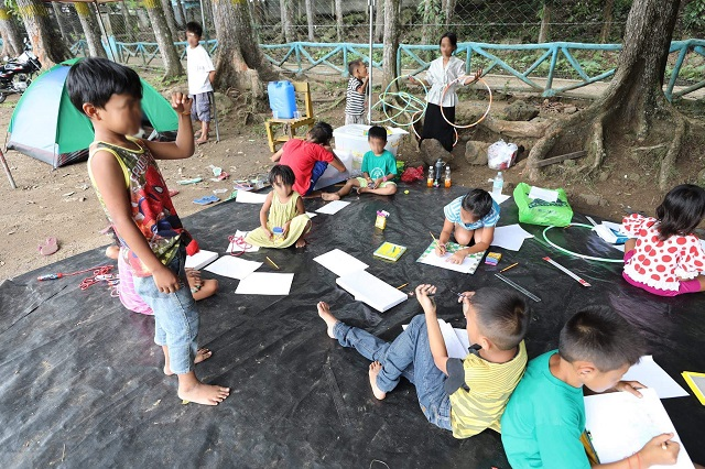 Photo taken from http://www.philstar.com/headlines/2017/06/13/1709807/displaced-marawi-schoolchildren-suffering-trauma