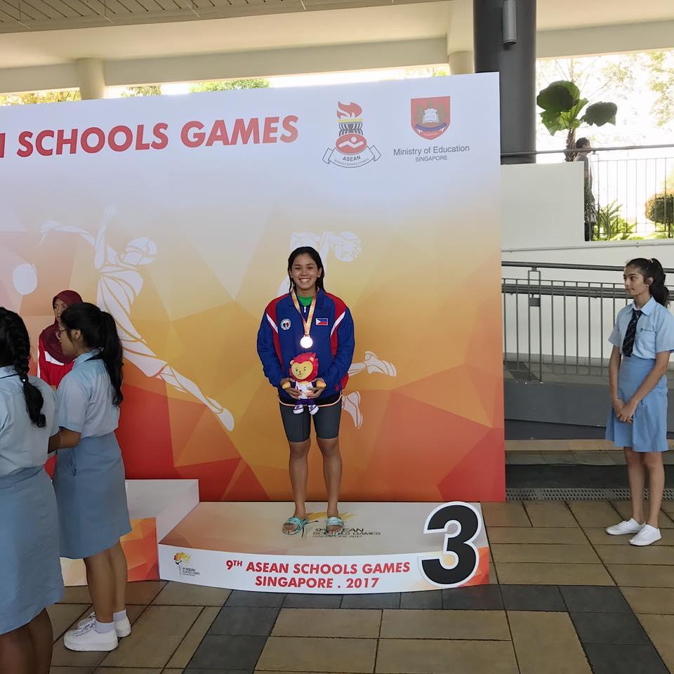 Nikki Pamintuan with her bronze medal.