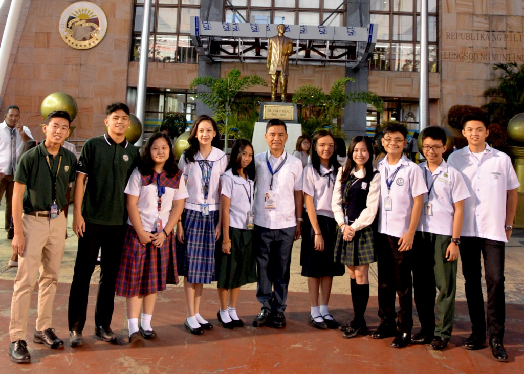 Mati Fernando (far right) with Mayor Fresnedi (middle) and this recipients of this year's 10MOST. Photo credit: http://metronewscentral.net/City-News/ZjRUW-Ten-Most-Outstanding-Students-of-Muntinlupa-for-2018-Honored