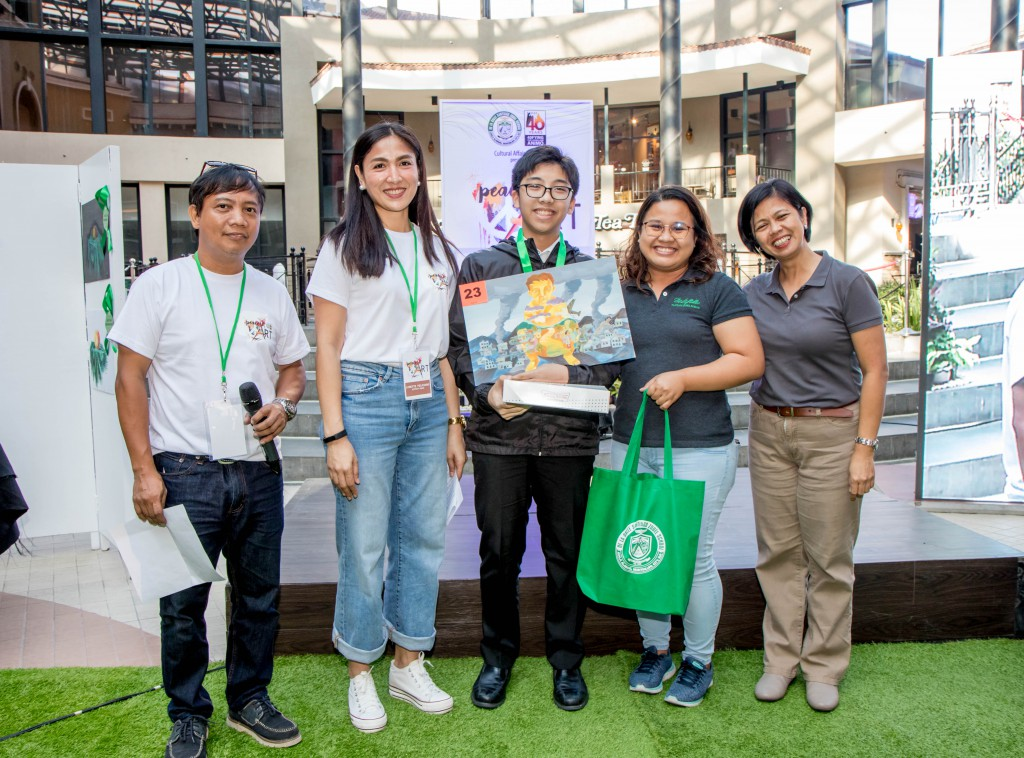 Vito Manasca (middle) bags Gold under the High School (DLSZ) category.